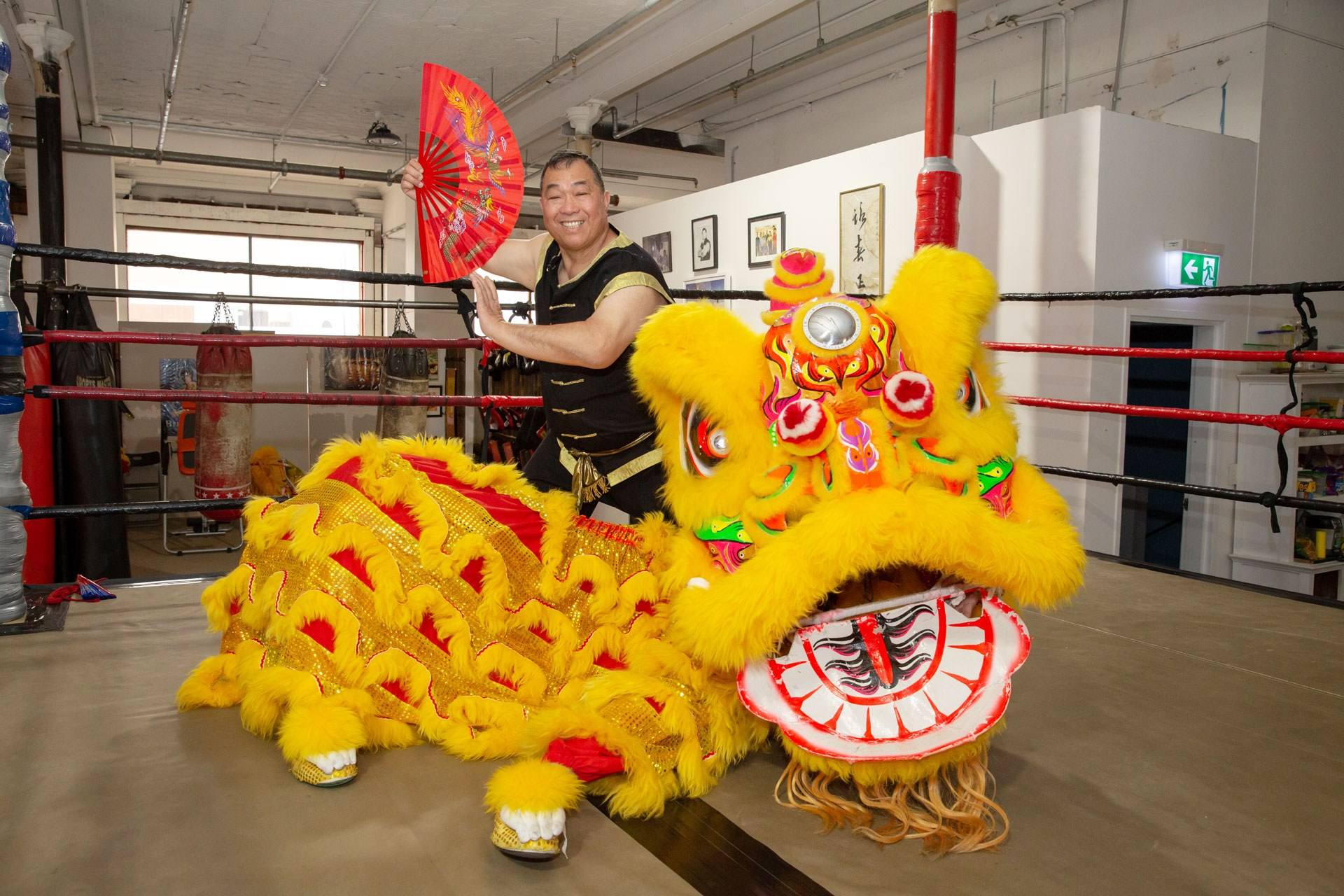 Grandmaster Leong posing with one of his lions
